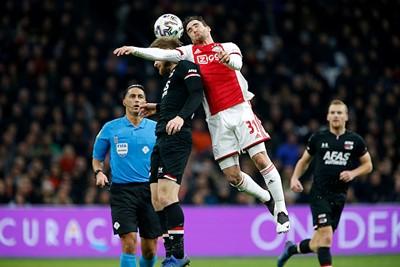 De beuk moet erin, tijd voor Ajax om zichzelf terug te knokken in de wedstrijd. © De Brouwer