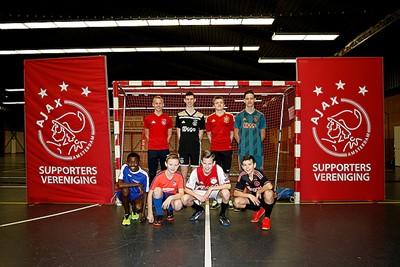 Natuurlijk zien we weer veel Ajaxshirts van alle seizoenen. © De Brouwer