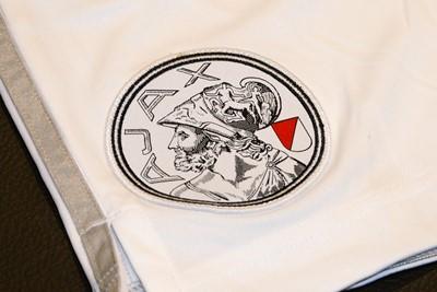 Ook op de broekjes spotten we het oude logo. © Ajax Life