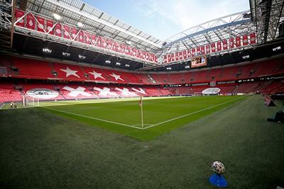 Ook de Arena is prachtig versierd, maar dan in het wit-rood-wit. © De Brouwer
