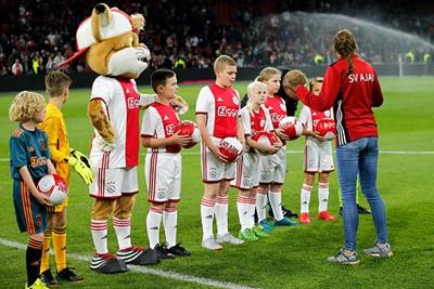 Terwijl we ook onze Ajax Kids Clubleden in het zonnetje zetten.