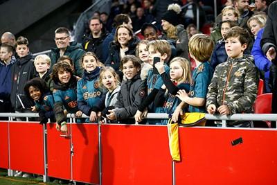 En ook hier hangen veel jonge supportertjes over de boarding! © De Brouwer