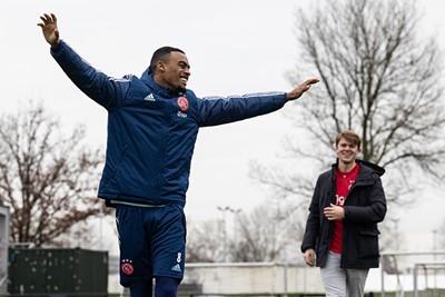 Gravenberch wint nipt van Martijn, zoals Ajax nipt van Feyenoord. Ook door Ryan! © Pro Shots