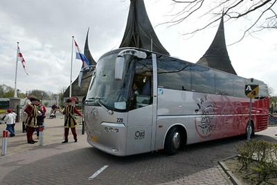 De spelers van Ajax melden zich in hun nieuwe bus in de Efteling, jazeker! © Ajax Images