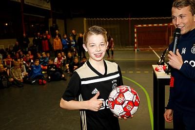 Prima prijzen, waaronder deze fijne Ajaxbal. Duimpje omhoog! © De Brouwer