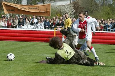 Eén van de zeven geitjes voert een stevige charge uit op Sneijders onderstel. © Ajax Images