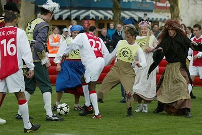 Om niet te spreken van kluitjesvoetbal! © Ajax Images