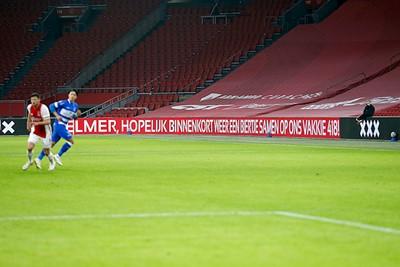 Er staan aanmoedigingen van supporters op de boarding, prima! © De Brouwer