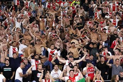 Er gaat niks boven écht supportersgeluid vanaf de tribune. © De Brouwer