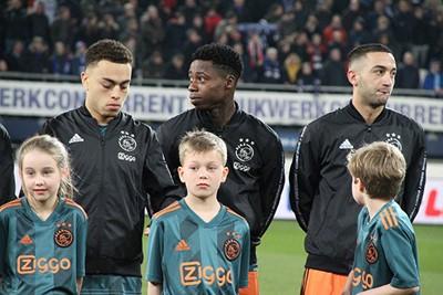 Ook hier weer even omkijken. Daar staan ze echt... © Ajax Kids Club