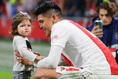 Álvarez en zijn gezin zijn happy bij Ajax. © Pro Shots