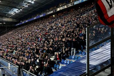 Even om ons heen kijken wie er nog meer blij is dat Ajax het net weer vindt... © De Brouwer