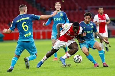 Brobbey vecht zijn duels uit, terwijl Ajax vecht voor diens krabbel. © De Brouwer