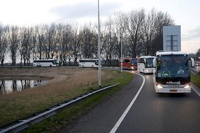 Goede of slechte tijden, al die bussen in een lint zijn en blijven een mooi gezicht. © De Brouwer