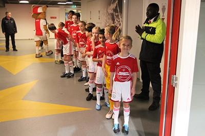 Om het hoekje kijken... Komen de spelers er al aan? © Ajax Kids Club