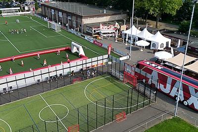 Kijk, daar is de spelersbus van Ajax al. © De Brouwer