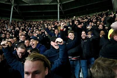 Een doelpunt, het is een doelpunt! Ajax scoort! Weet jij nog hoe je moet juichen? © De Brouwer