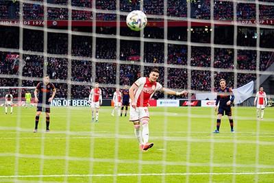 Tadic met de uitvoering van een schoolvoorbeeld van een penalty benutten. © Pro Shots