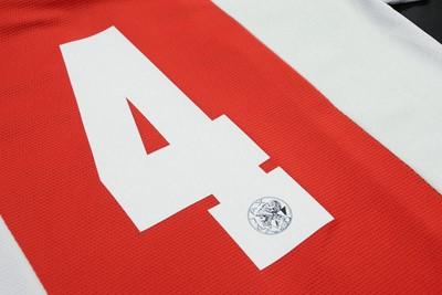 Ajax speelt in de eredivisie zonder namen, maar met retro-rugnummers op de rug. © Ajax Life