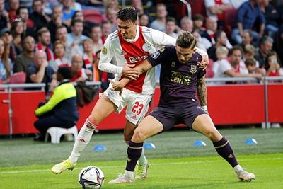 Berghuis in fel gevecht om de bal. © De Brouwer
