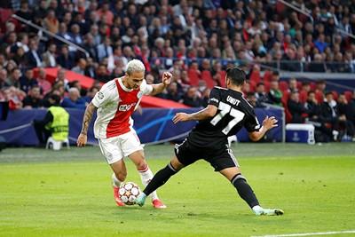 Besiktas probeerde de rechterkant van Ajax vast te zetten, maar Antony tovert soms. © De Brouwer