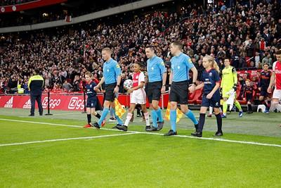 Met de wedstrijdbal als eerste het veld op is best spannend. © De Brouwer