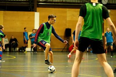Voetje op de bal, beetje kijken naar vrijstaande teamgenoten. © De Brouwer