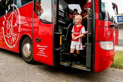 Kijk, de spelersbus van Ajax is er ook. Gaaf. © Pro Shots