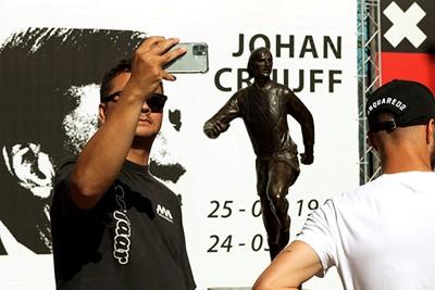 Tijd om jezelf te vereeuwigen met de vereeuwigde Cruijff! © Deze man verdient een standbeeld