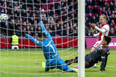 BOEM! Donny van de Beek ramt de bal in het doel. © Pro Shots