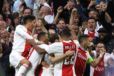 Een doelpunt vieren met de supporters levert mooie platen op. © De Brouwer