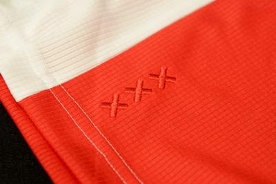 De drie andreaskruisjes keren terug op het shirt, dit keer aan de voorkant. © Ajax Life