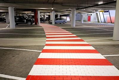 Als steuntje in de rug heeft de JC Arena een speciaal PSV-zebrapad neergelegd! © De Brouwer