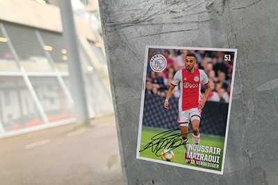 Ook voetbalplaatjes worden overal geplakt, hier is Nous. © Ajax Life