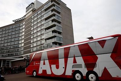 Kijk, als we daar de mooiste spelersbus van Nederland niet hebben. © De Brouwer