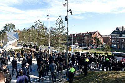 Misschien kunnen we het volgende keer af met minder politie... © De Brouwer