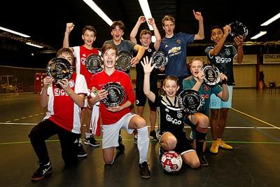 Team Huntelaar pakt schaal! Of eigenlijk: pakt schalen. © De Brouwer