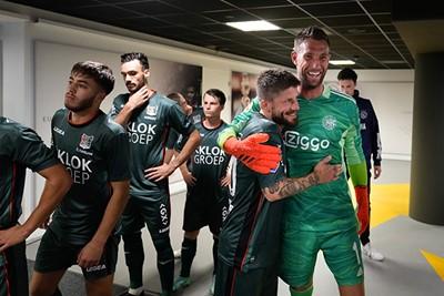 Terwijl er ook in de spelerstunnel knuffels worden uitgedeeld. © Pro Shots