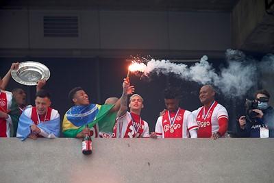 Neres nam het kampioensfeestje echt uitstekend aan, hoor. © De Brouwer