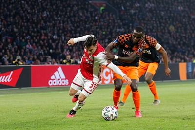 In de tweede helft vecht Ajax zich naar de overwinning. © De Brouwer