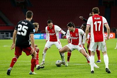 Als het Ajax al lukt om voorin te komen, wordt het steeds vaker kluitjesvoetbal. © De Brouwer
