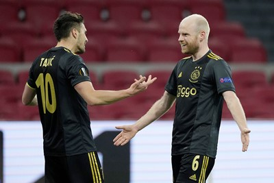 De bedankjes gaan naar Tadic, die maar weer eens een assist aflevert. © Pro Shots