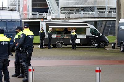 Om de hoek is een Febo, maar de politie heeft liever eigen bammetjes. © De Brouwer