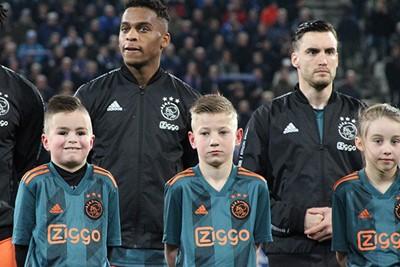 Kijk, daar is Timber! Hij mocht voor het eerst meedoen. © Ajax Kids Club