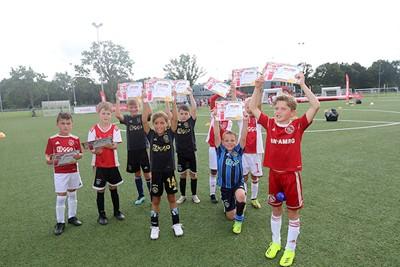 Een welverdiende Ajax Kids Tour-diploma. © De Brouwer