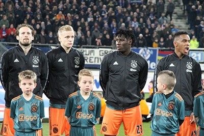 Even omdraaien, staan Donny en Traoré echt achter mij? © Ajax Kids Club