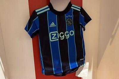 En met kleine shirts, bedoelen we ook kleine shirts. Zoals deze mini-kit. © Ajax Life