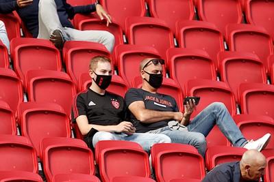 Zo gokken we dat hier naar Feyenoord - Twente wordt gekeken. © De Brouwer
