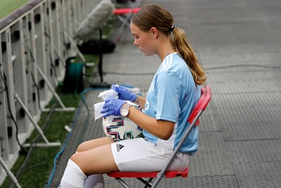 Nieuwe taak voor de ballenmeisjes: ontsmetten! © De Brouwer