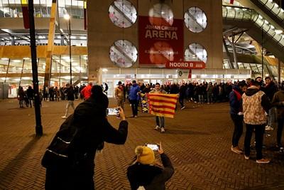 Ondertussen zijn er wat Spanjaarden die alvast een souvenirtje scoren... © De Brouwer